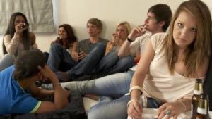 Blick auf Jugendliche, die gemeinsam trinken und rauchen