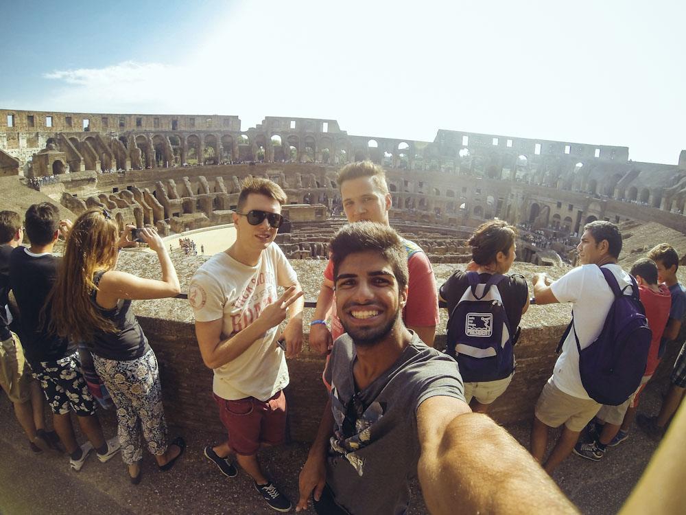 Jugendliche machen ein Selfie im Colloseum in Rom