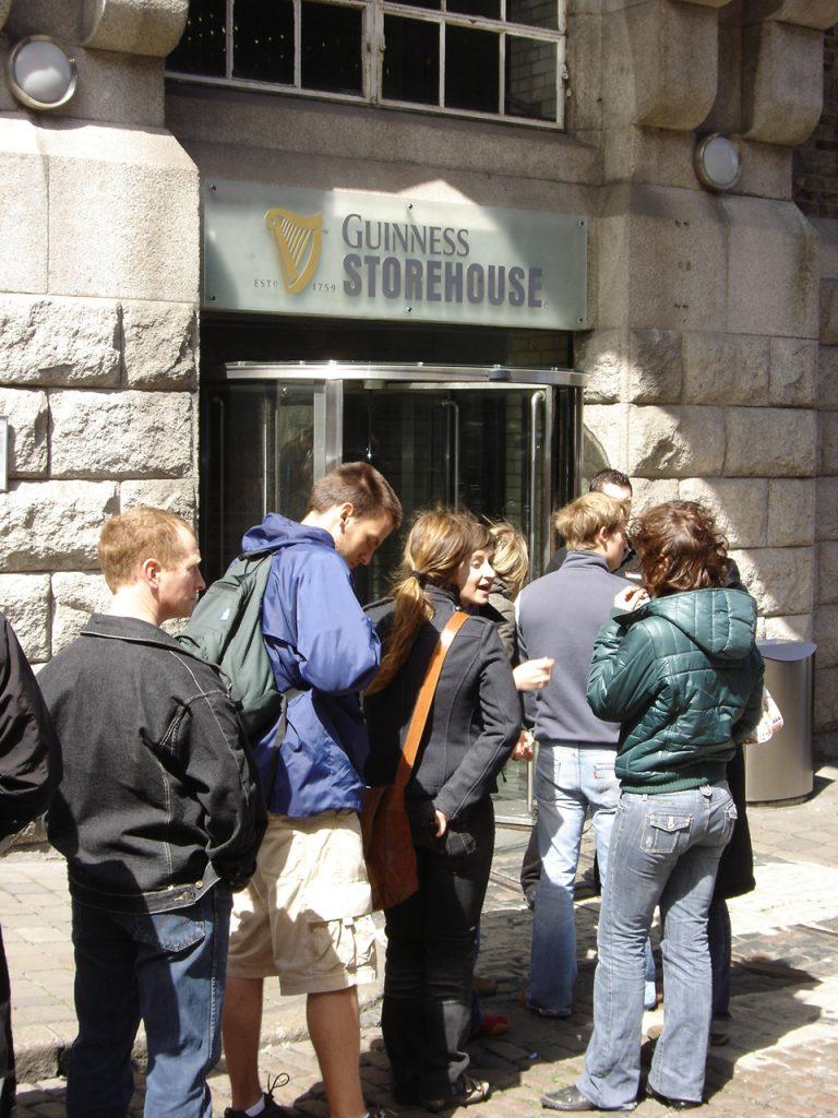 Jugendliche stehen vor dem Guiness Store in Dublin