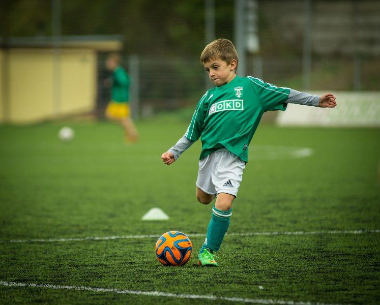 Statt des Smartphones: Fußball spielen ist die bessere Freizeitbeschäftigung für Kinder
