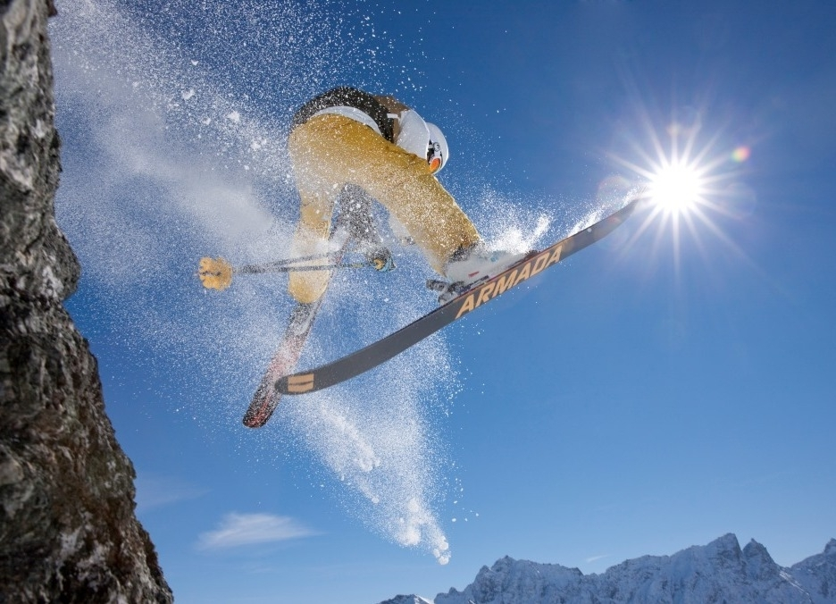 Junge springt mit seinen Ski