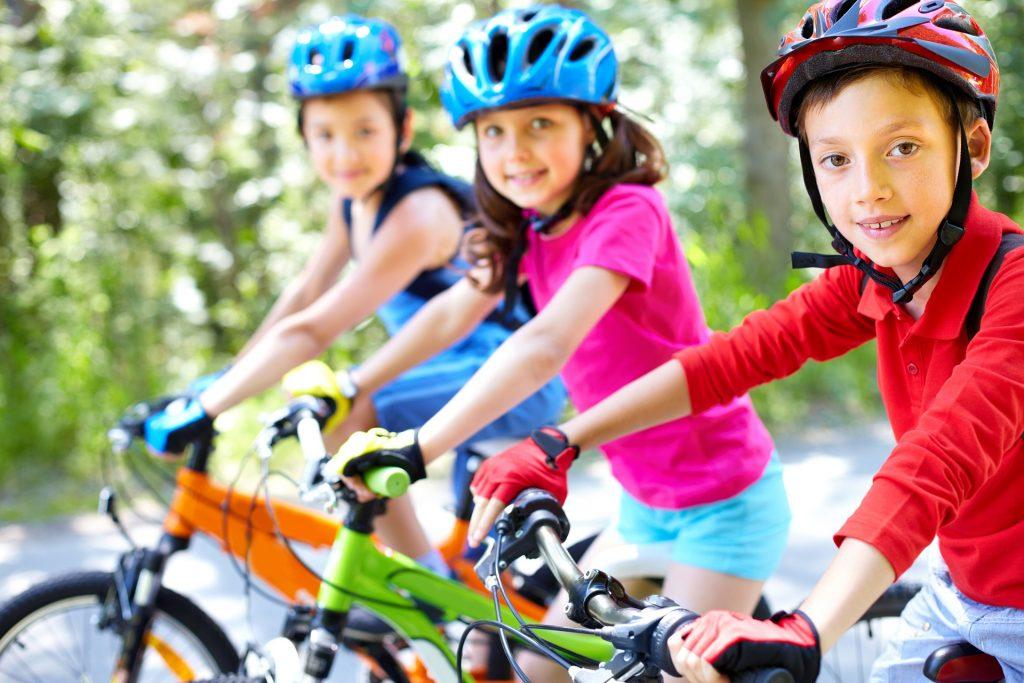 Blick auf Kinder, die gerade eine Fahrradtour machen