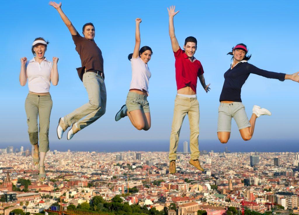 Junge Menschen springen vor Freude in die Luft
