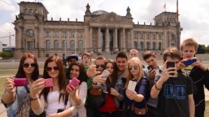 Mit einem Smartphone in der Hand vergessen Jugendliche schnell die Welt um sich herum.