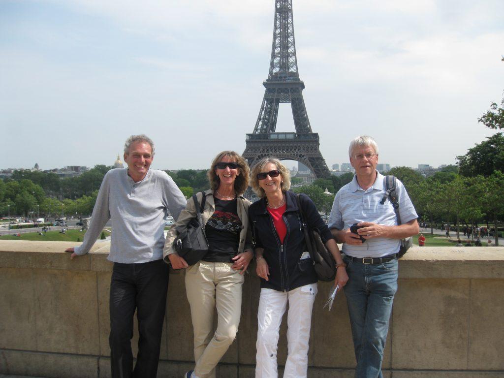 Lehrer stehen vor dem Eifelturm in Paris