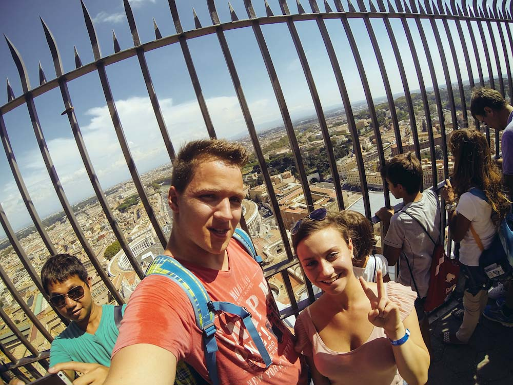 Jugendliche machen ein Selfie in Rom