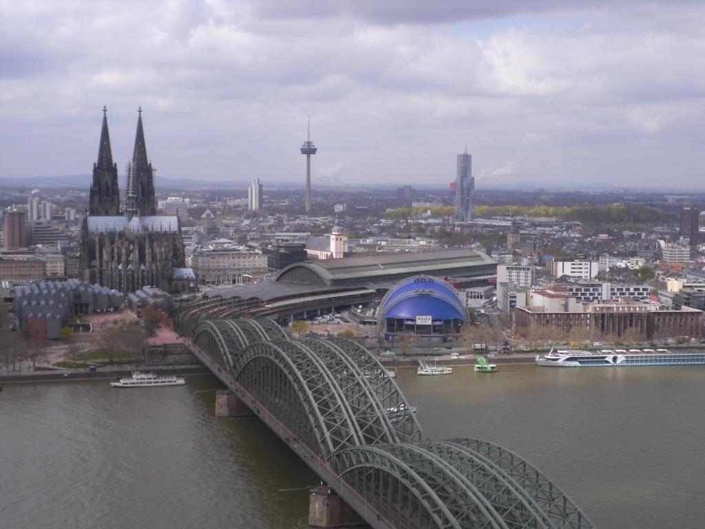 Blick von oben zum Dom in Köln