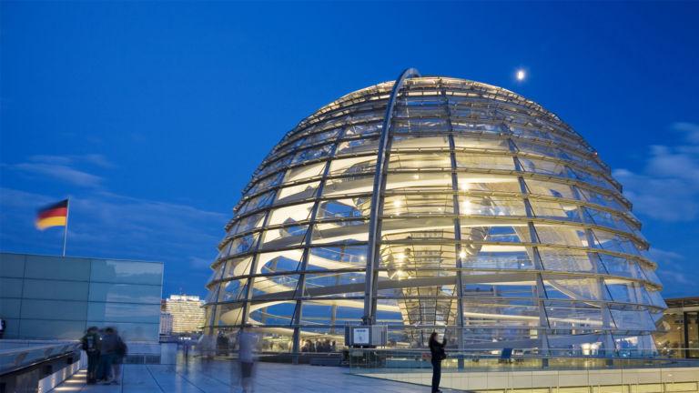 Blick auf die beleuchtete Kuppel des Bundestags in Berlin