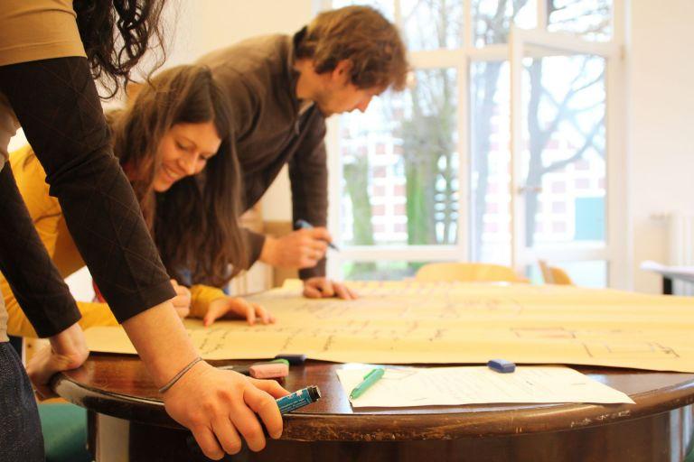 Gemeinsam diskutieren und Plakate malen – im Internet kritisieren viele Lehrer die Methodik auf ihren Fortbildungen.