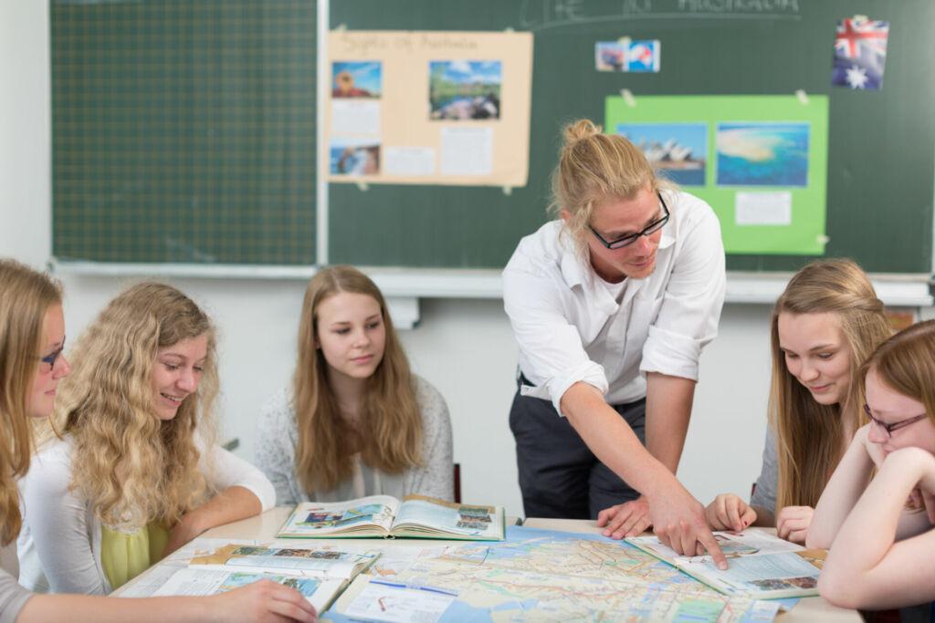 Ein Lehrer erklärt seinen Schülern im Klassenzimmer Unterrichtsstoff