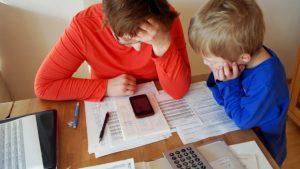 Lehrerin berechnet ihre Ausgaben und prüft, wo sie sparen kann