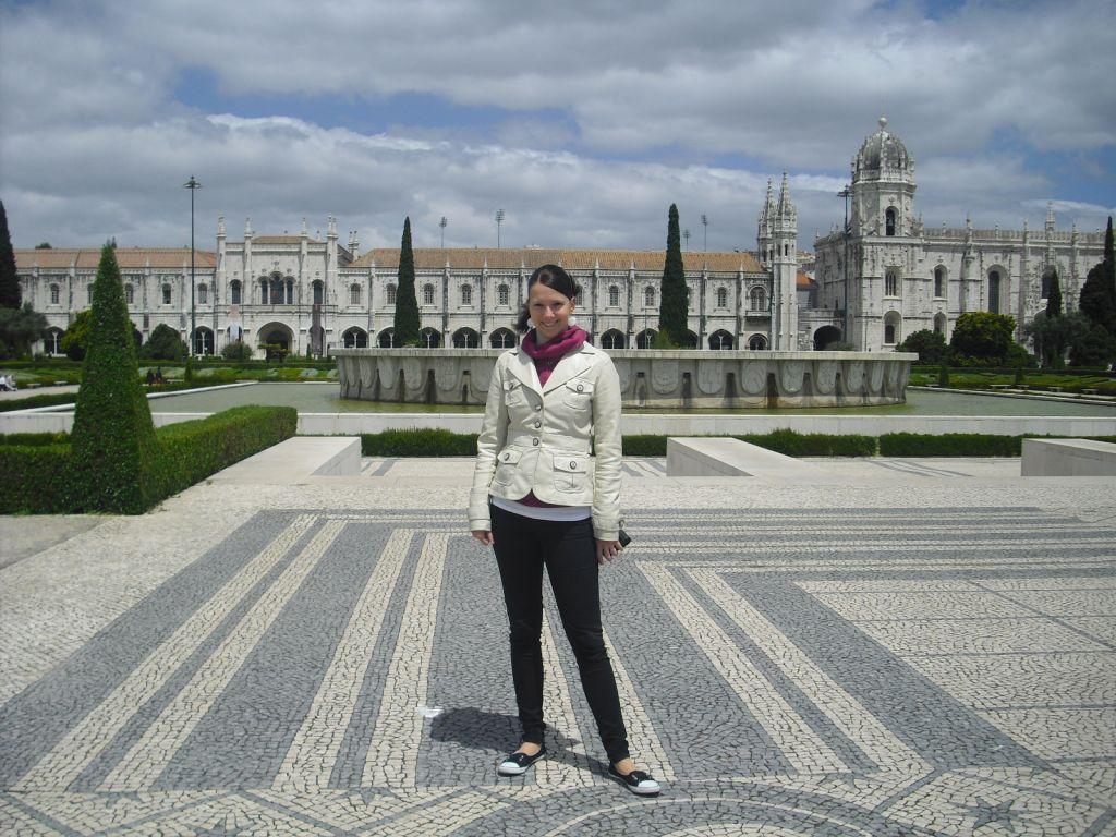Unsere Reiseexpertin vor Das dem Hieronymus-Kloster in Lissabon