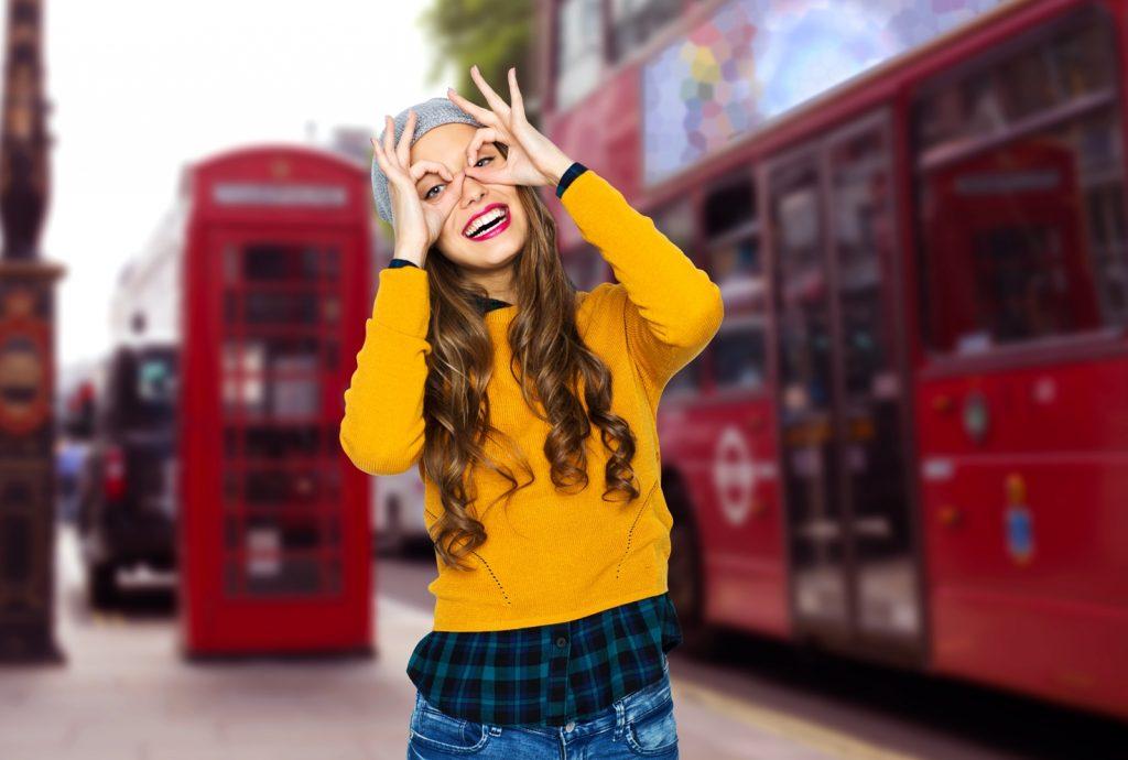 Blick auf ein Mädchen, das in einer Straße von London Grimassen schneidet