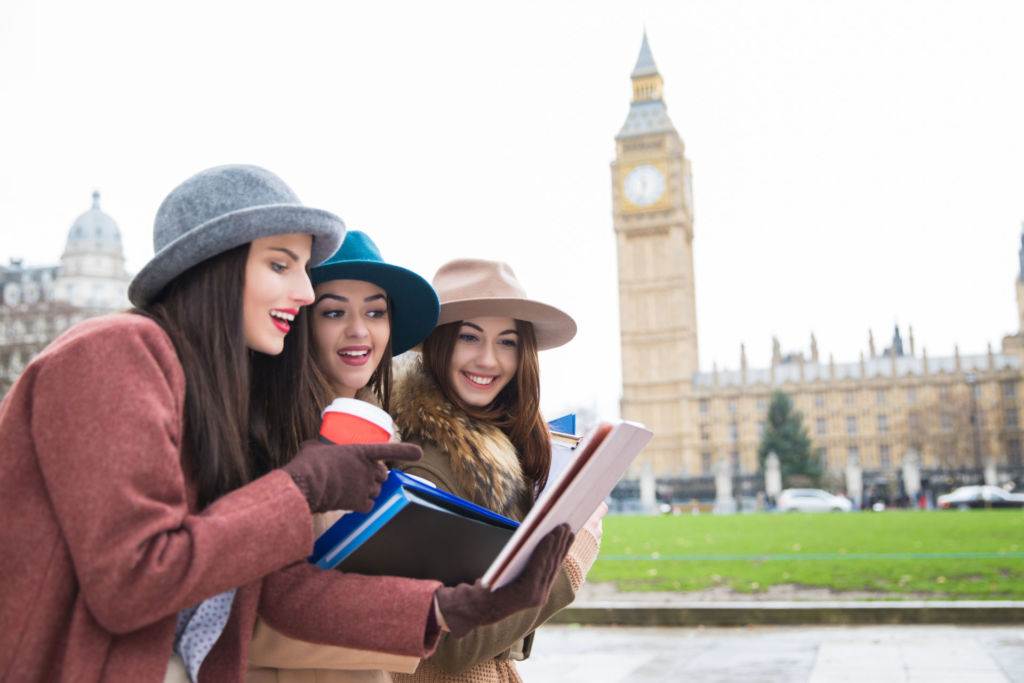 Mädchen unterwegs in London auf Studienreise