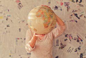 Jugendliche hält einen Globus in der Hand