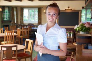 Kellnern zählt zu den häufigsten Ferienjobs überhaupt