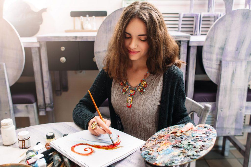 Blick auf ein Mädchen, das an einem Zeichenworkshop teilnimmt