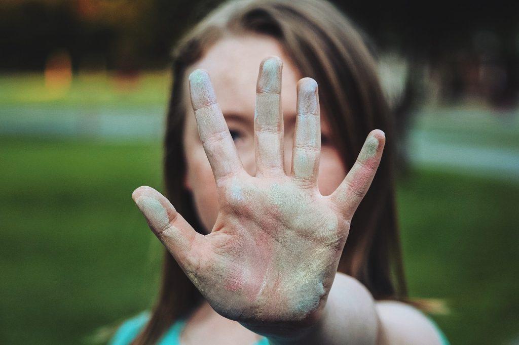 """Mädchen macht eine Geste und sagt damit """"Nein"""" zu Cyper-Mobbing"""