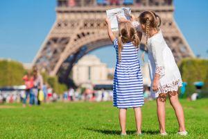 Blick auf zwei kleine Mädchen, die vor dem Eifelturm in Paris stehen