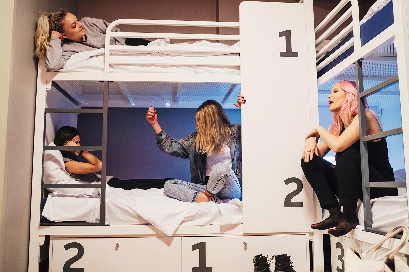 Jugendliche im Mehrbettzmmer im Generator Berlin