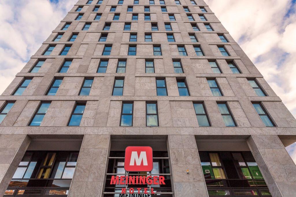 1999 wurde mit dem ersten Hotel in der Berliner Meininger Straße gegründet