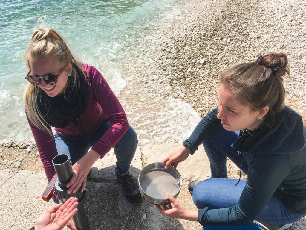 Zwei Schülerinnen entnehmen im Rahmen unseres Mittelmeer Mikroplastik Projekts Sedimentproben, um diese auf ihren Plastikgehalt zu untersuchen.