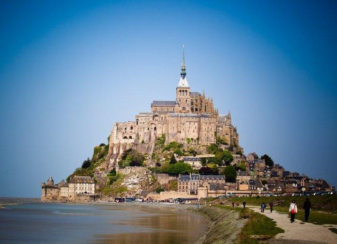 Die Insel Mont-Saint-Michel lockt jedes Jahr Tausende von Touristen an.