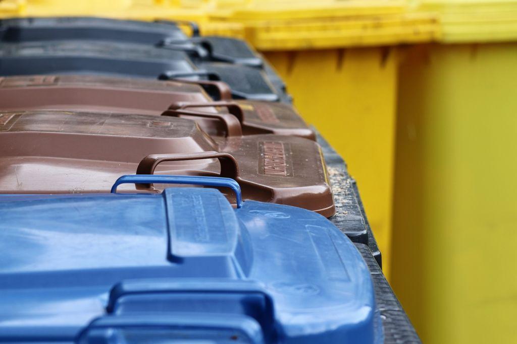Blaue, braune, schwarze und gelbe Mülltonnen für die richtige Mülltrennung
