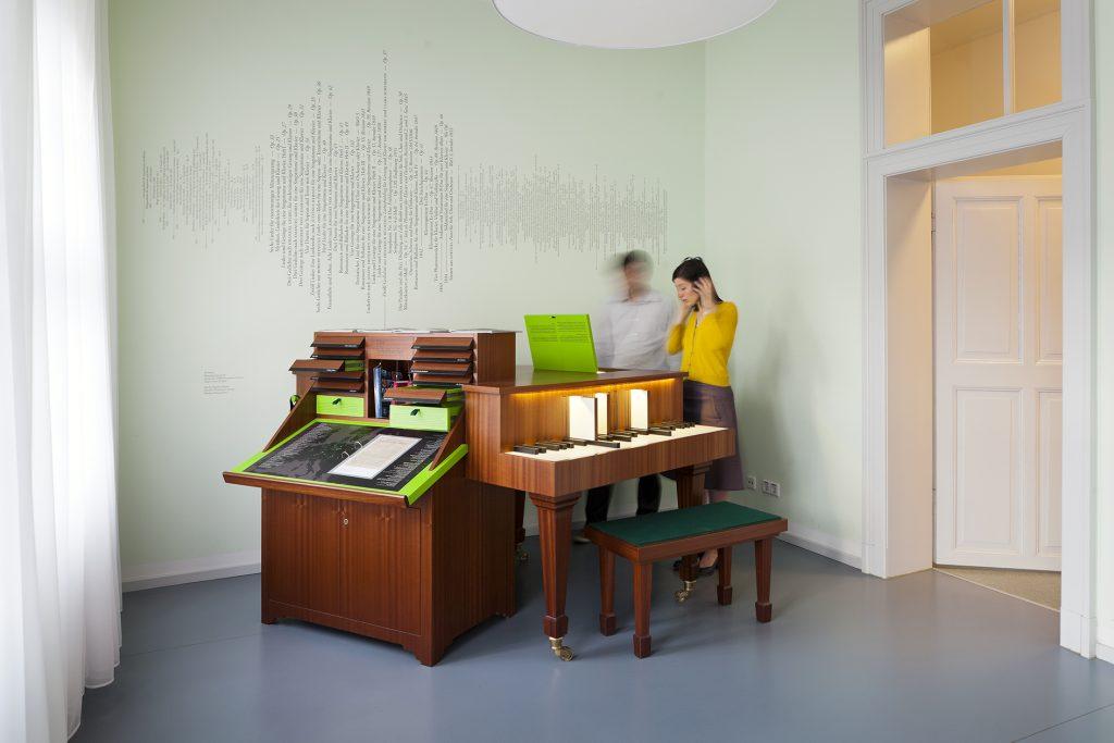 Junge Menschen in einem Musikmuseum in Leipzig