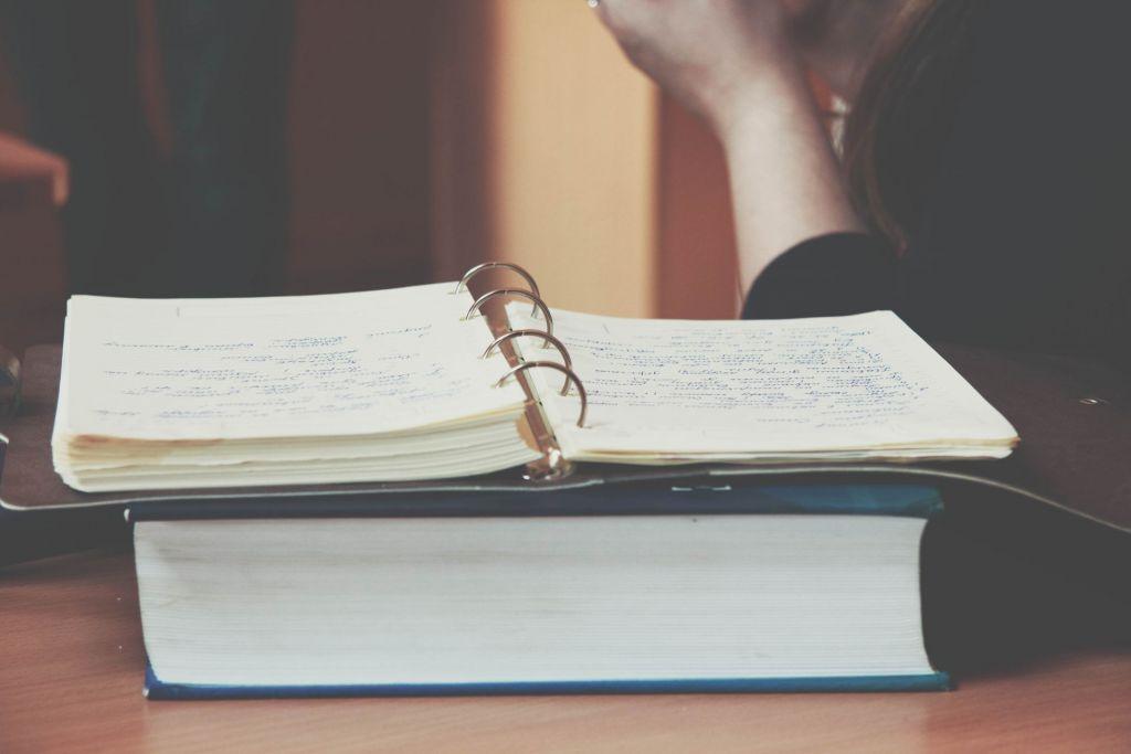 Besonders in Formelsammlungen und Wörterbüchern lassen sich hilfreiche Notizen leicht verstecken.