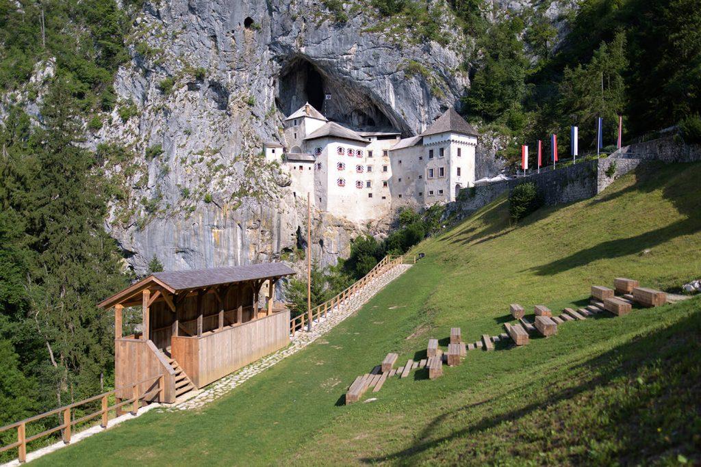 Besuchen Sie mit Ihren Schülern Predjama Burg - die größte Höhlenburg der Welt.