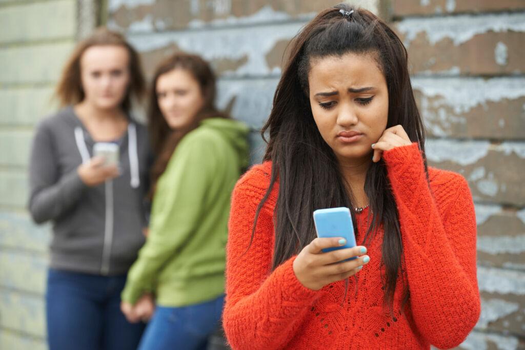 Besorgte Schülerin erhält erniedrigende Nachricht auf ihrem Smartphone