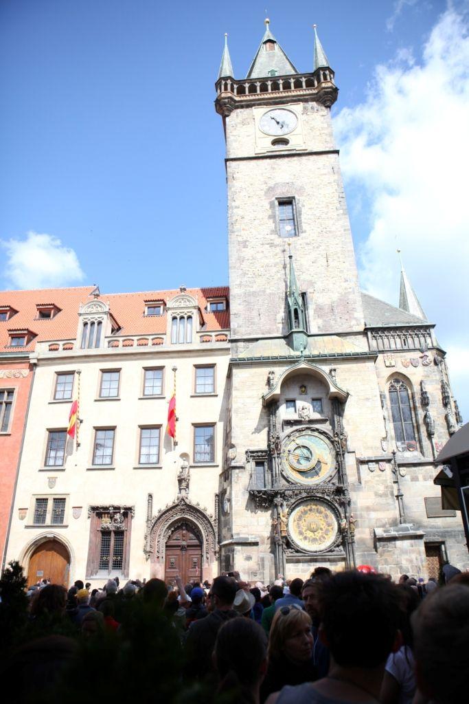 Wahrzeichen: Das Altstädter Rathaus mit seiner astronomischen Uhr wird zur vollen Stunde Anziehungspunkt für Touristen.