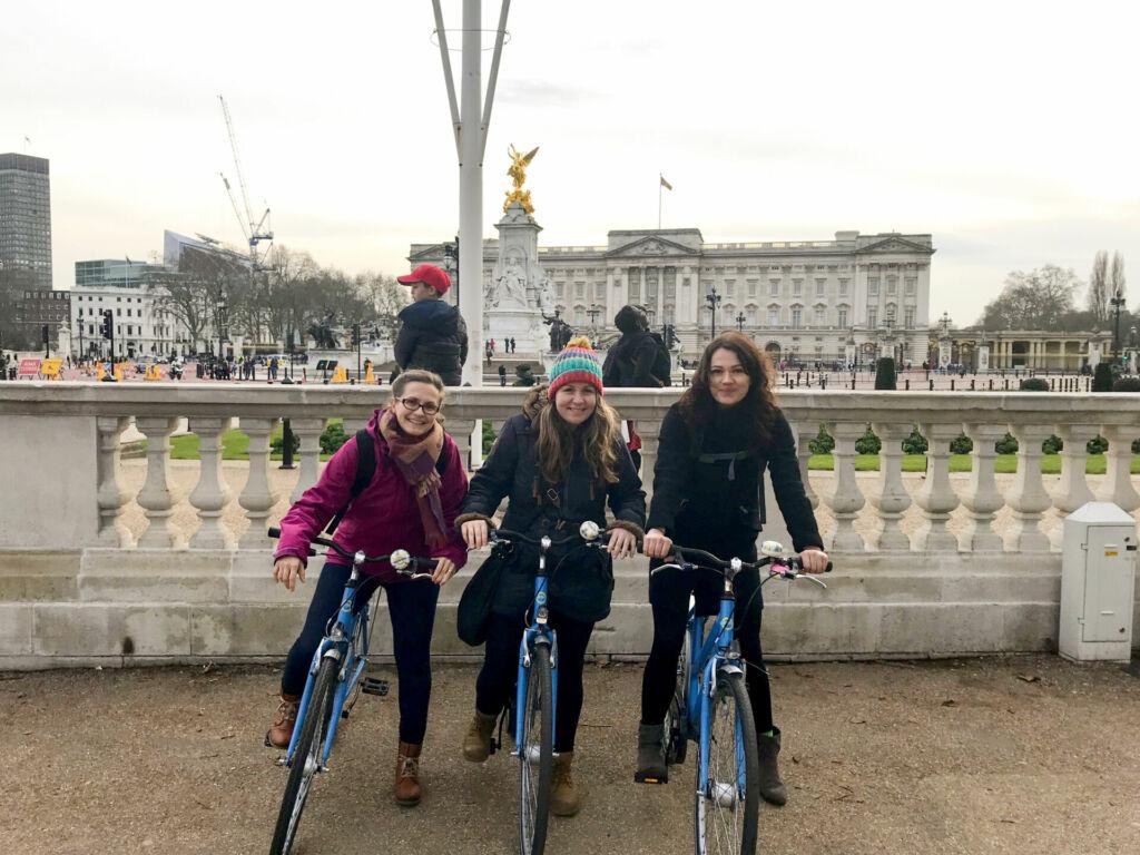 Drei Reiseexpertinnen von HEROLÉ probieren in London die Erkundung der Stadt mit dem Fahrrad aus.