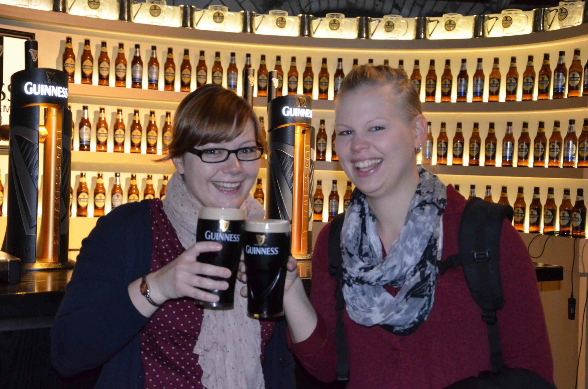 Unsere Reiseexpertin Tina probiert das Bier in einem landestypischen Pub in Dublin.