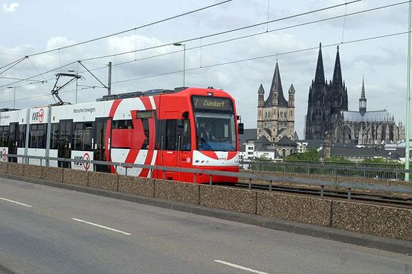 Blick auf eine S-Bahn in der Metropole Köln