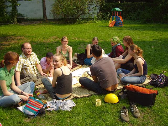 Eine Schnitzeljagd kann mit einem gemeinsamen Picknick enden.