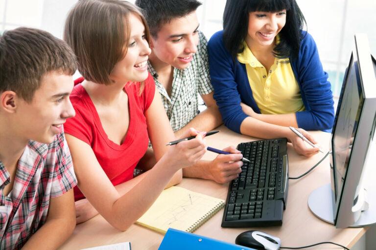 Zwei Schülerinnen und zwei Schüler erarbeiten sich Unterrichtsstoff am PC