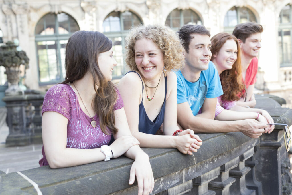 Schüler genießen den Ausblick von der Brühlschen Terasse auf die Elbe und die Neustadt in Dresden