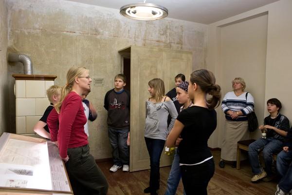 Kinder bei einer Führung durch die Blindenwerkstatt Otto Weidt