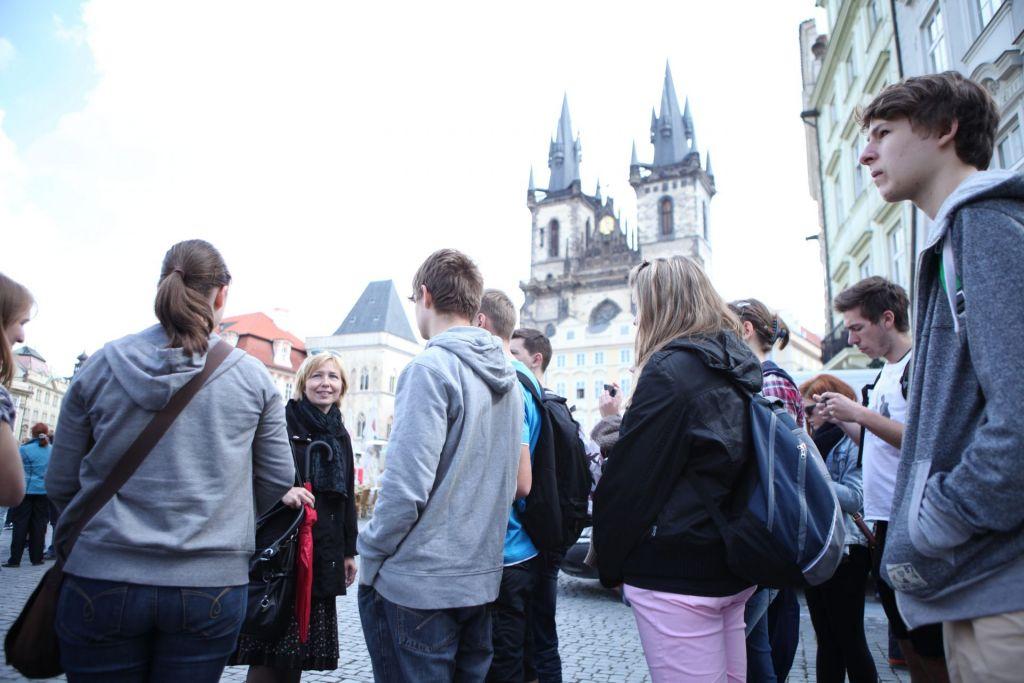 Eine Schülergruppe bei einer Stadtführung in der Alstadt von Prag