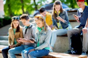 Schüler vor dem Smartphone