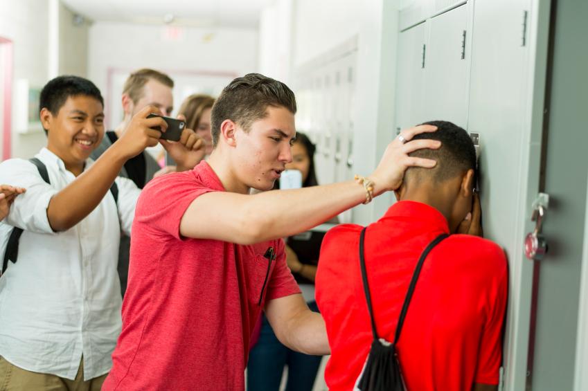 Ein Schüler wird von einem Mitschüler gemobbt und andere filmem dies.