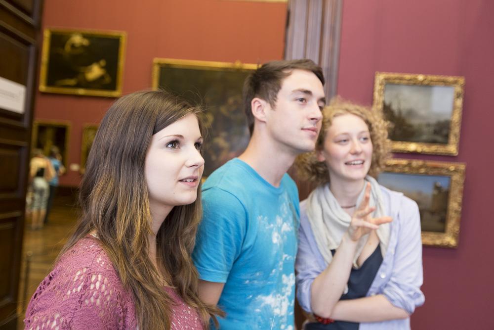 Schülergruppe bei einem Besuch in einem Museum