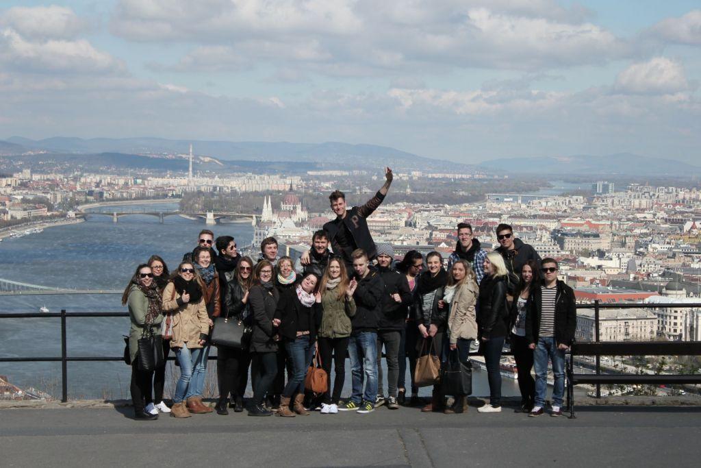Blick auf eine Schülergruppe in Budapest