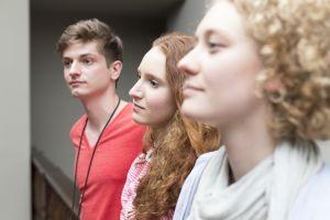 Schülergruppe in einem Museum