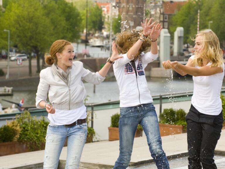 Drei Schülerinnen haben in Amsterdam Spaß während ihrer Freizeit auf Klassenfahrt