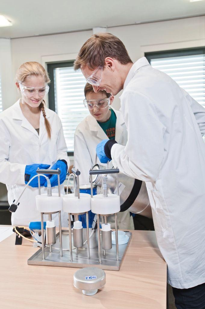 """Tiefgekühlt: Mithilfe von flüssigem Stickstoff untersuchen Schulklassen ab Stufe zehn am Experimentiertag """"Magnetismus"""" die Leitfähigkeit von Metallen und Halbleitern"""