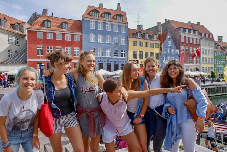 Schülerinnen besuchen auf Klassenfahrt den Nyhavn von Kopenhagen