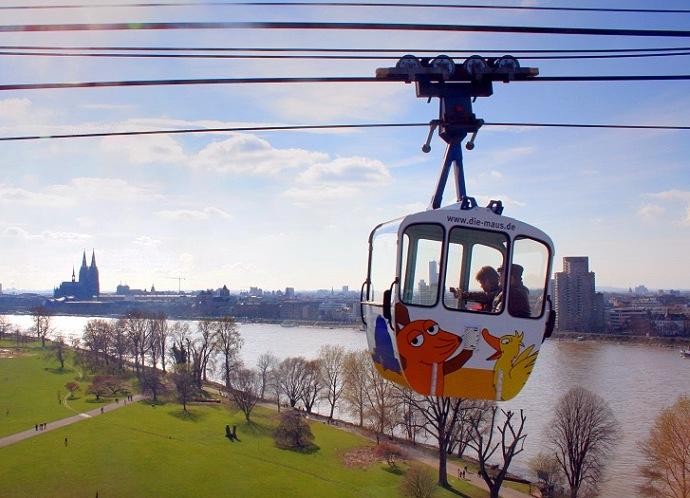 Mit einer Seilbahn kann man die Aussicht über Köln richtig genießen